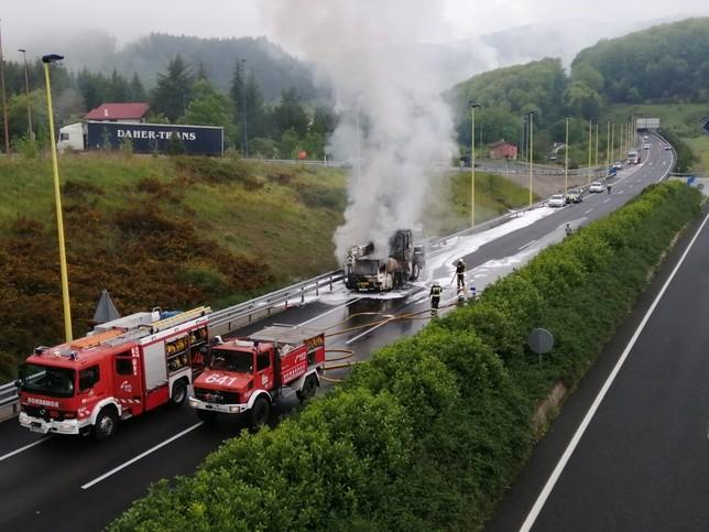 El incendio de un camión obliga a cortar un carril de la N-1