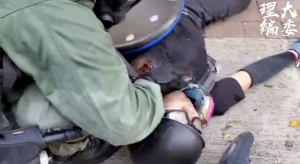 La Policía de Hong Kong dispara a un manifestante en el pech