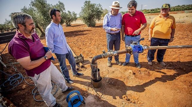 Autoridades municipales, técnicos del Consistorio bolañego y el propietario de los terrenos observan las tareas de prospección.
