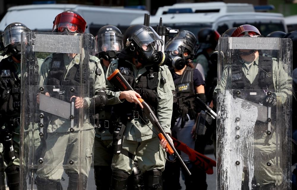 La Policía de Hong Kong dispara a un manifestante en el pecho