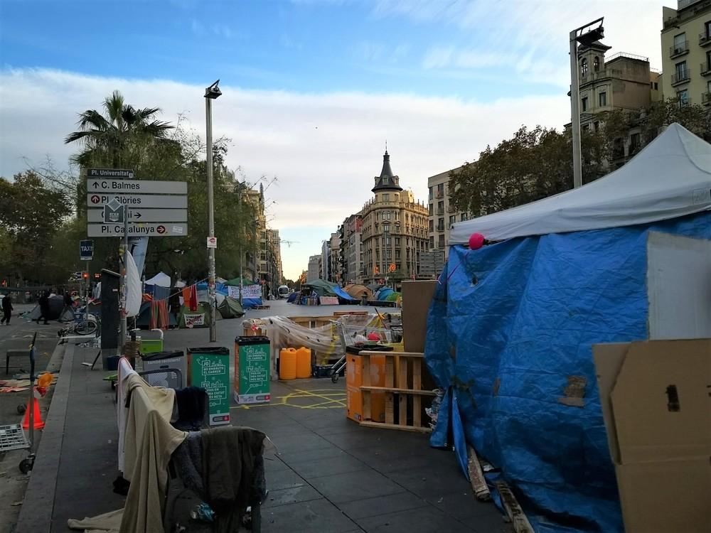 La Policía desaloja a los acampados en plaza Universitat