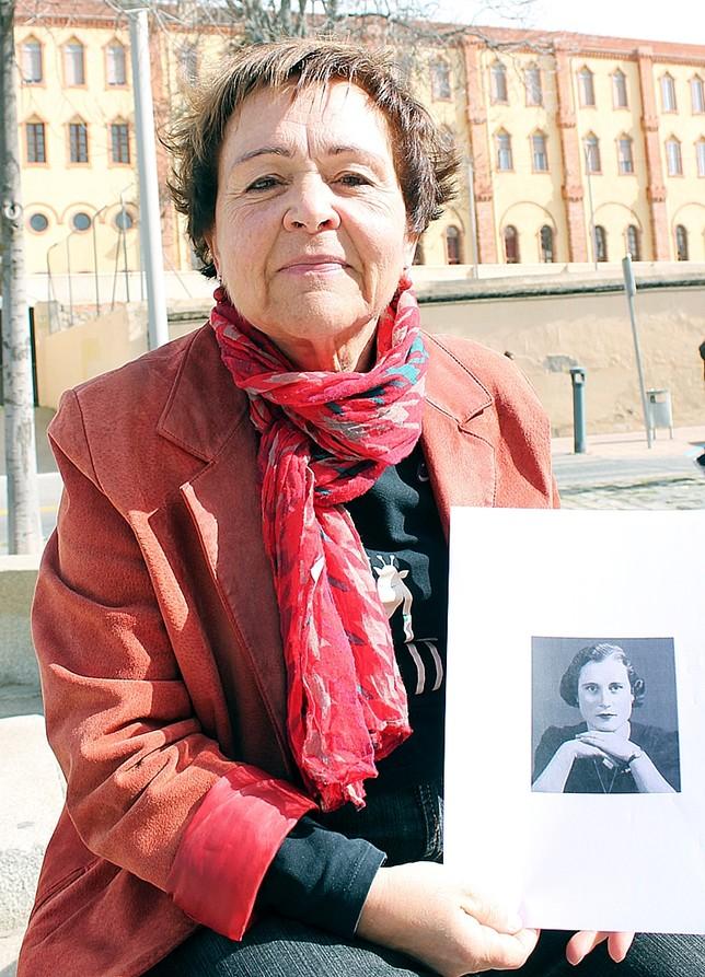 Alicia Misis sujeta una foto de su madre cuando era joven.