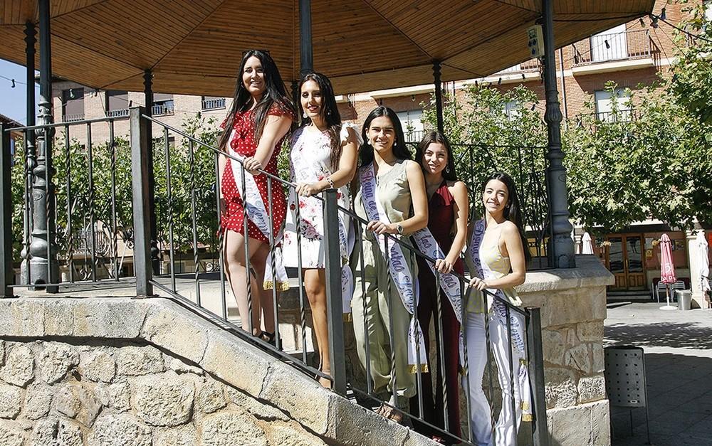 Las cinco jóvenes que conforman la corte real, en el templete. La reina, Raquel Alzórriz, en el centro.