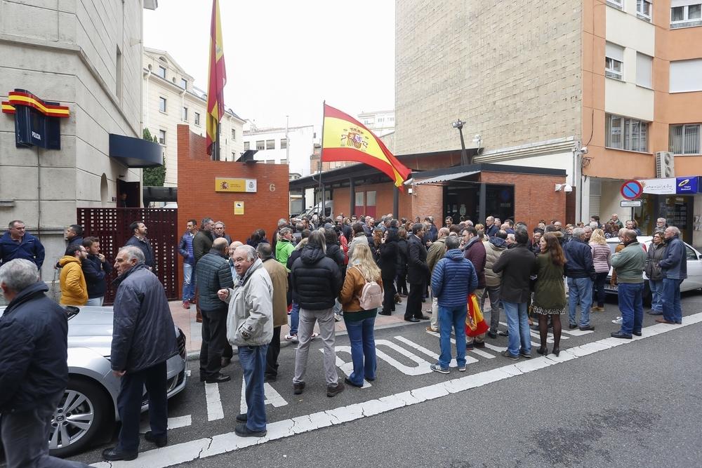 Concentración frente a la Comisaría Provincial de la Policía Nacional de León en apoyo a todos los policías destinados en Cataluña.