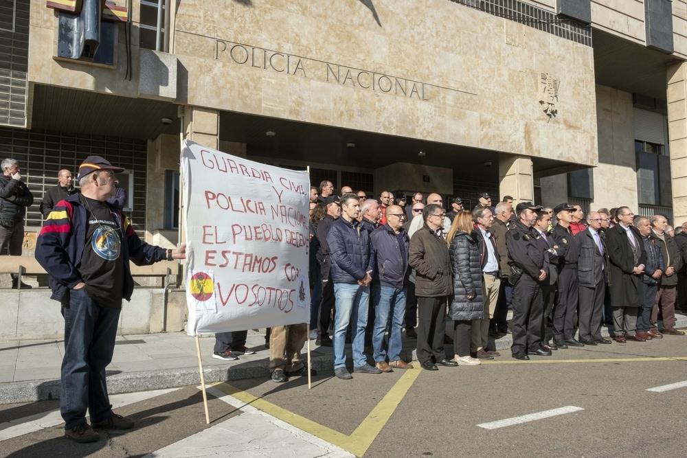Unas 200 personas se concentran en la puerta de la comisaría de policía de Salamanca en apoyo a las fuerzas de seguridad del estado desplazadas a Cataluña.
