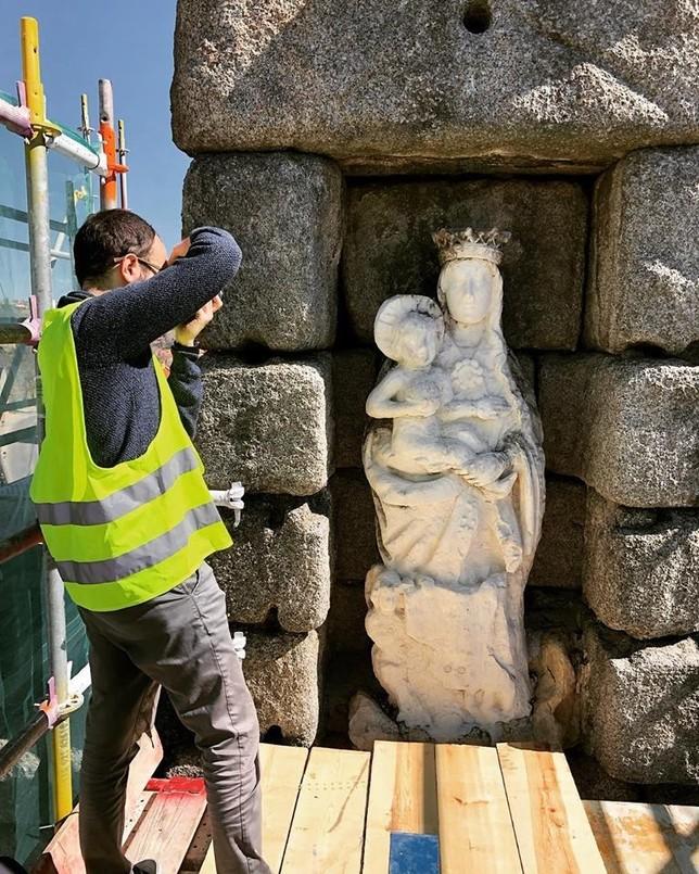 Nestor F. Marqués toma fotos de la Virgen para su virtualización en 3D por fotogrametría, trabajo que requiere unas 200 imágenes desde todos los ángulos para su posterior recomposición..
