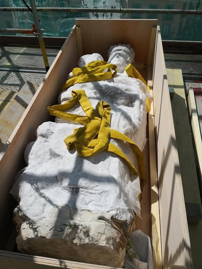 La talla de la Virgen, en la caja donde fue introducida para bajarla del Acueducto.