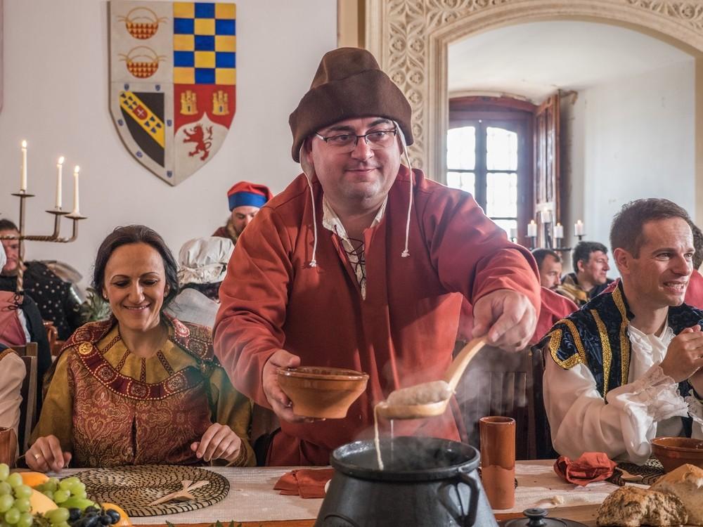 El director general de Universidades, a la derecha, también se ha vestido como en el siglo XV