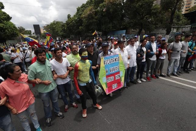 Manifestantes caminan hacia La Casona para pedir a los militares que abandonen a Maduro