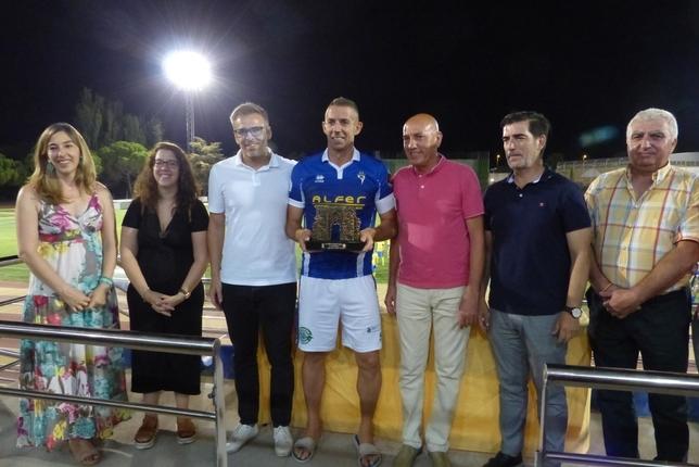 Jesute, capitán del Manchego, con el trofeo de campeón del Trofeo Puerta de Toledo.