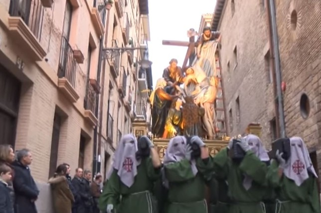 Los pamploneses acompañan los doce pasos del Santo Entierro