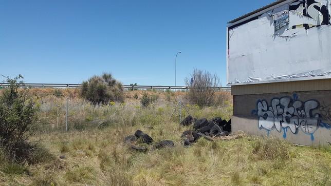 Denuncian el abandono de neumáticos en un camino de Segovia