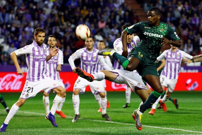 El centrocampista portugués del Betis, William Carvalho (d), intenta rematar ante los defensores del Valladolid. EFE R. GARCÍA