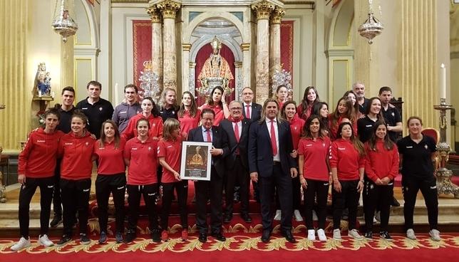 La primera plantilla de Osasuna femenino posa tras ser homenajeado en la capilla de San Fermín Capilla San Fermín