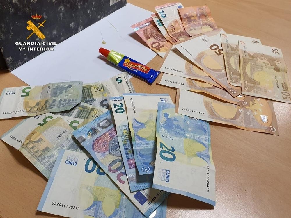 Dinero incautado por la Guardia Civil a los sospechosos arrestados.