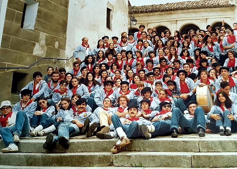 Los peñistas de La Lata en 1979, en las escaleras de la parroquia.
