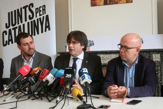 El exconsejero catalán Antoni Comín (i), el expresidente de Cataluña Carles Puigdemont (c), y el abogado Gonzalo Boye (d). Laura Pérez-Cejuela