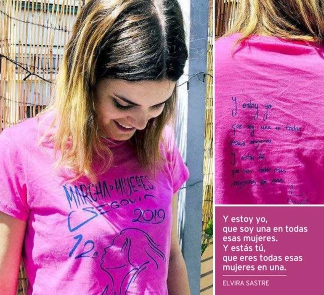 Elvira Sastre con la camiseta de la marcha y su poema D.S.