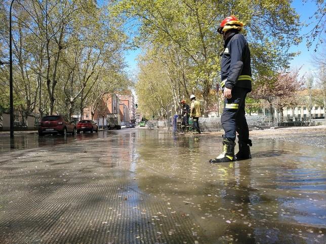 Balsa de agua en el paseo del Prado de la Magdalena. @BomberosVLL