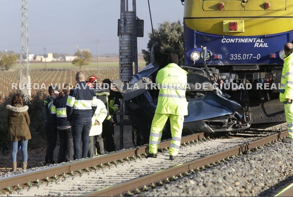Dos fallecidos tras arrollar un tren a una furgoneta