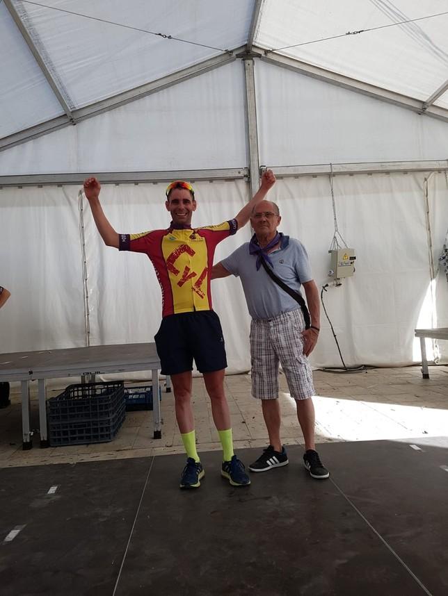 Daniel Torres celebra su triunfo en máster 30.