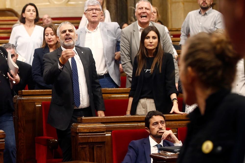 El diputado de Ciudadanos Carlos Carrizosa (i) durante la tensa bronca entre diputados independentistas y la bancada de Ciudadanos