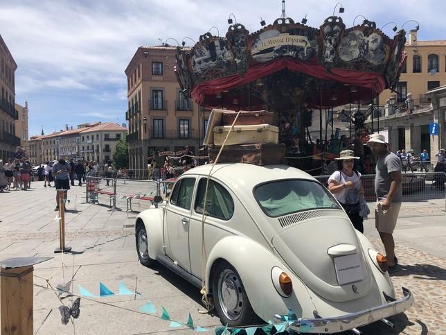 El 'coche-espectáculo' de la compañía segoviana Tamanka y el Carrusel d'Andrea.