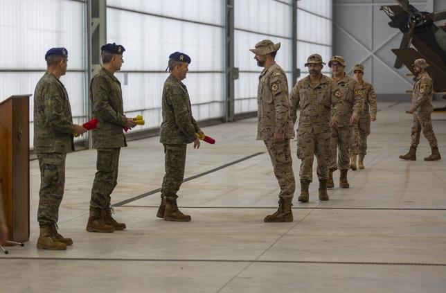 El coronel Arrazola entrega una bandera de bolsillo a uno de los militares que partirá a Irak