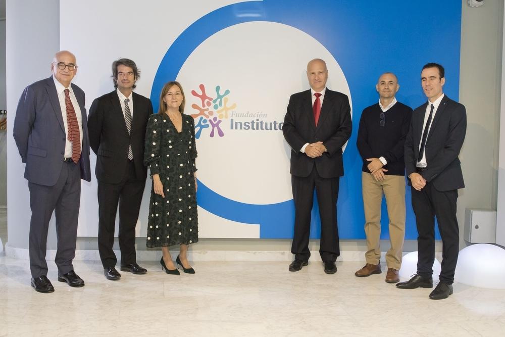 De izquierda a derecha, Federico Plaza, vicepresidente de la Fundación Instituto Roche; el Dr. Carlos Mur, director general de Coordinación de la Consejería de Sanidad de la Comunidad de Madrid; Consuelo Martín de Dios, directora gerente de la Fundac