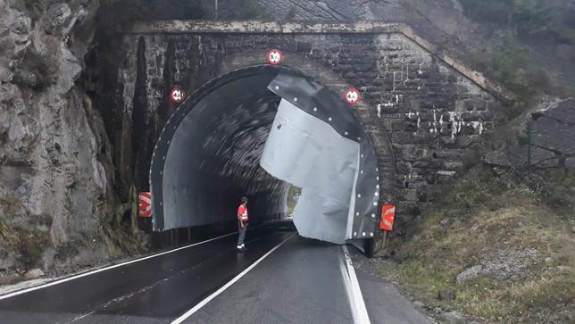 El viento obliga a cerrar al tráfico el túnel de Eugi