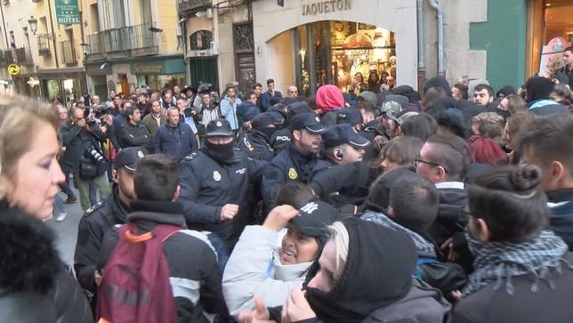 Empujones en el acto de Vox en Segovia
