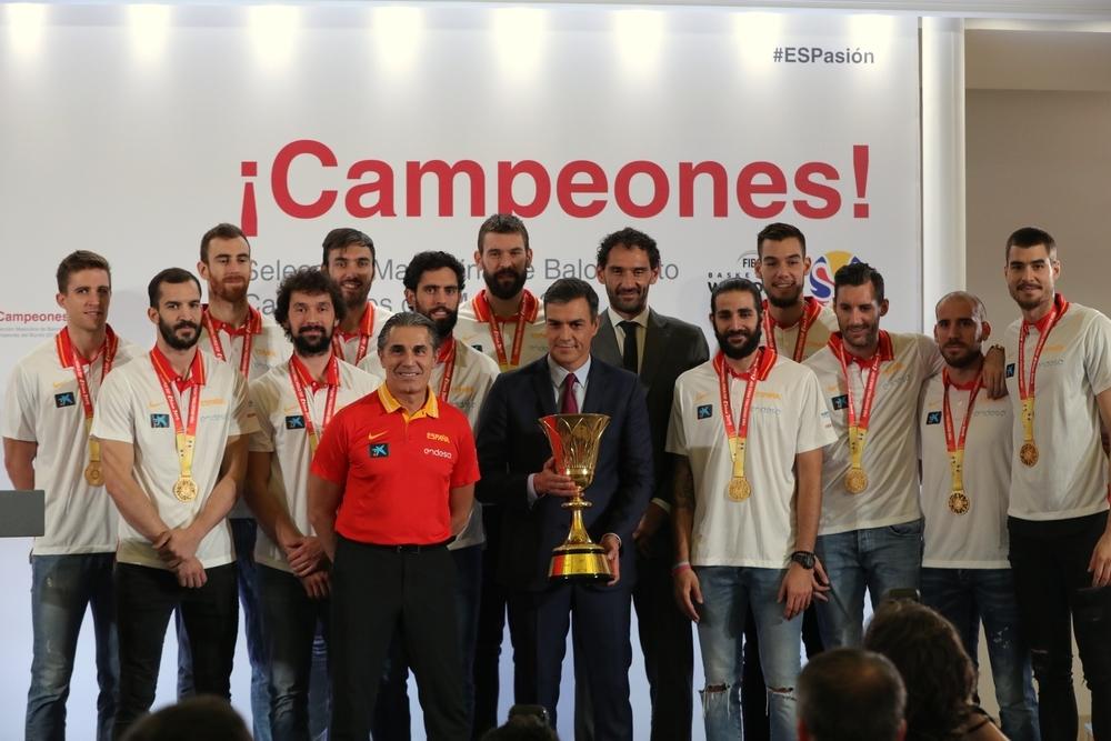 Los Reyes y Pedro Sánchez reciben a los campeones del Mundo