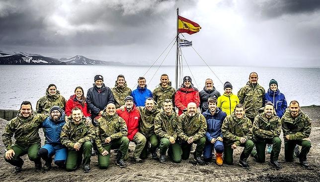 Grupo de científicos y militares en la XXXII Expedición Antártica.  DB