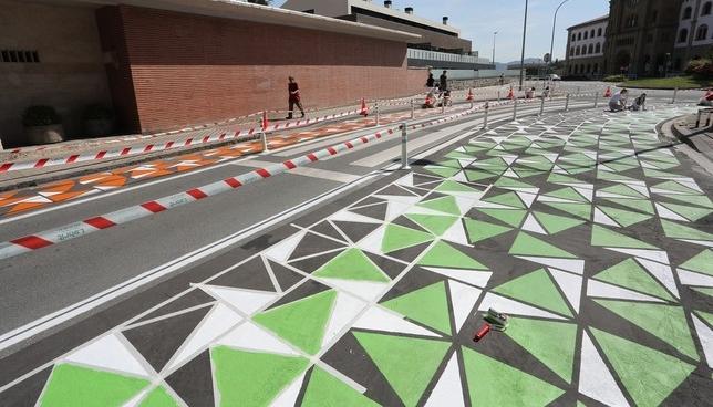 Pintan el primer corredor escolar seguro de Pamplona