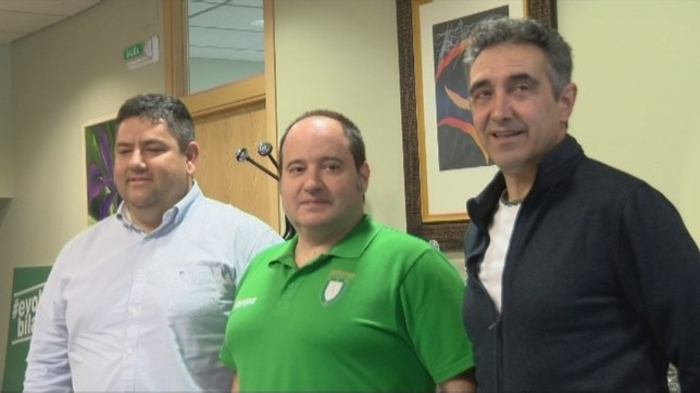 Iñaki Ániz (centro) seguirá al frente del primer equipo de Anaitasuna NATV