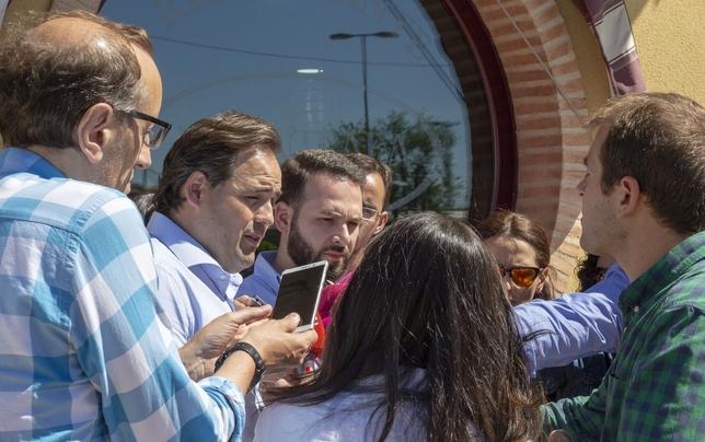Francisco Núñez da el pésame a la familia socialista. Javier Pozo