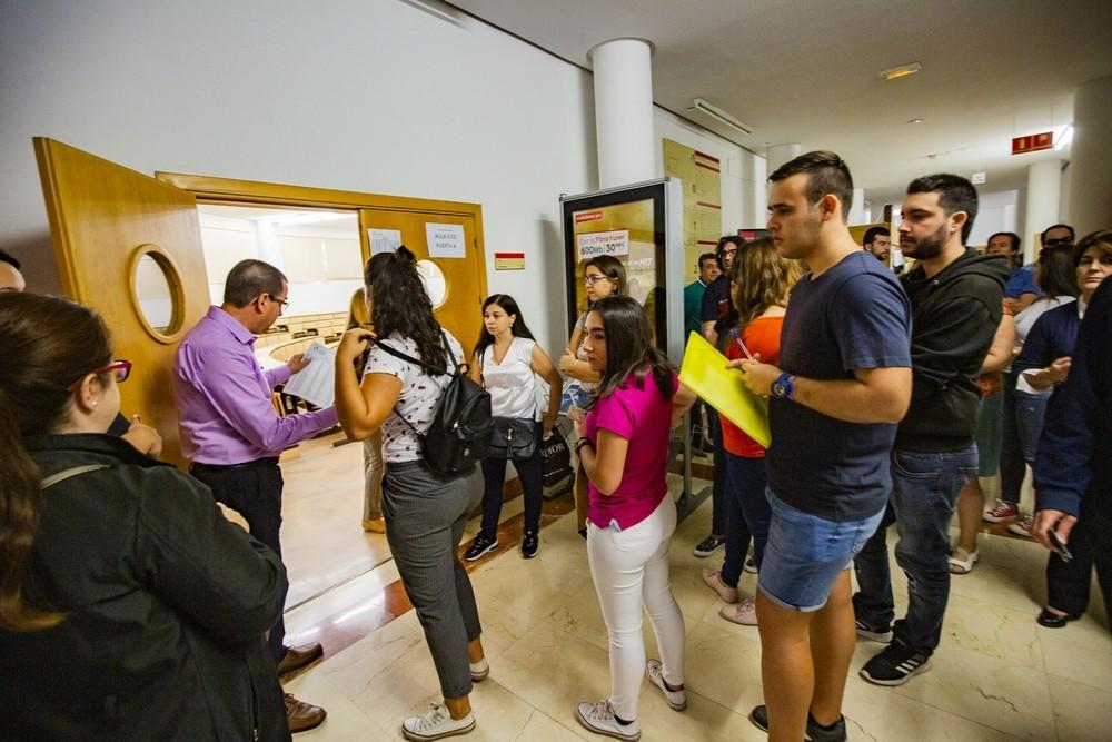 Los aspirantes, antes de entrar en la sala donde realizaron el examen en el aulario polivalente del Campus