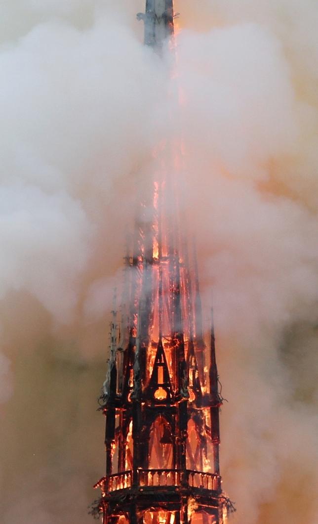 Un grave incendio devasta Notre Dame