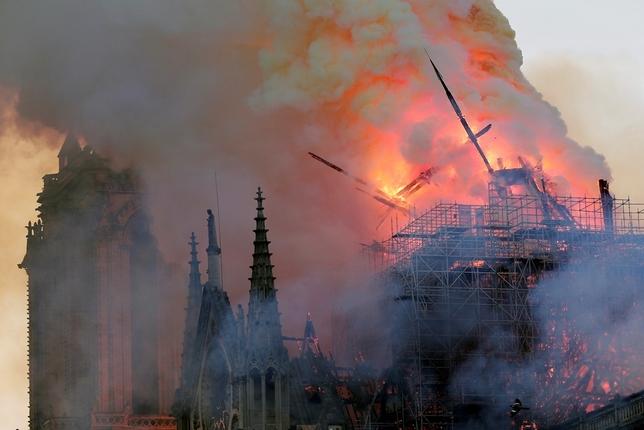 Un grave incendio devasta Notre Dame IAN LANGSDON