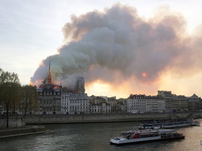 Un grave incendio devasta Notre Dame JULIE CARRIAT