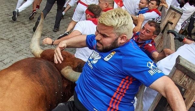 Un toro suelto de Miura lleva el peligro al último encierro