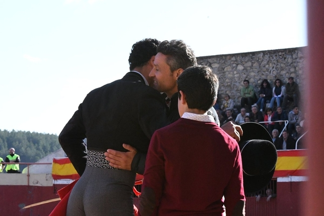 Morenito de Aranda se abraza a Jarocho en presencia del hijo de este. @Prensamorenito