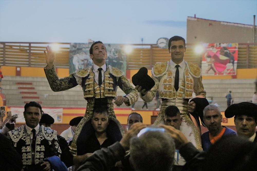 Paco Ureña y David de Miranda, a hombros en Almodóvar