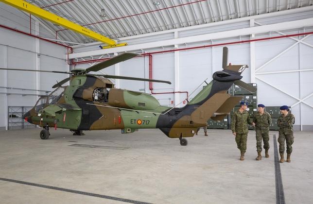 Tres militares de la Base de Almagro junto a uno de los Tigre