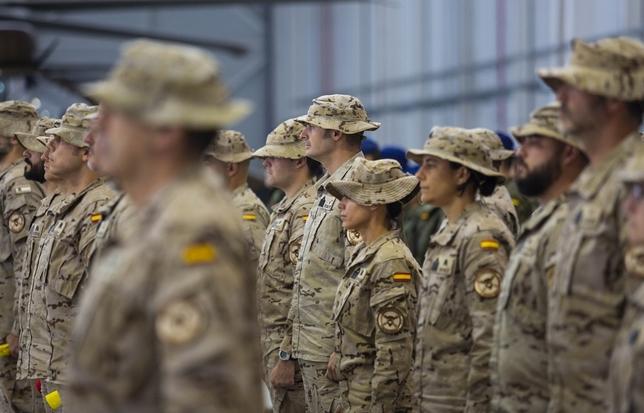 Militares, en formación, antes de la llegada del jefe interino de las FAMET