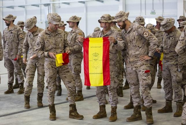 Un grupo de militares tras recibir la bandera