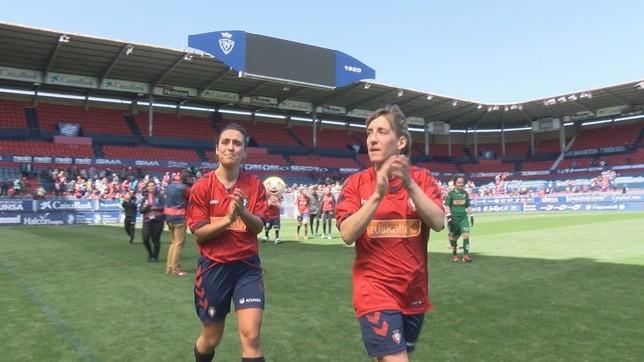 Lidia Alén y Oihane Gil aplauden al público al término del partido NATV