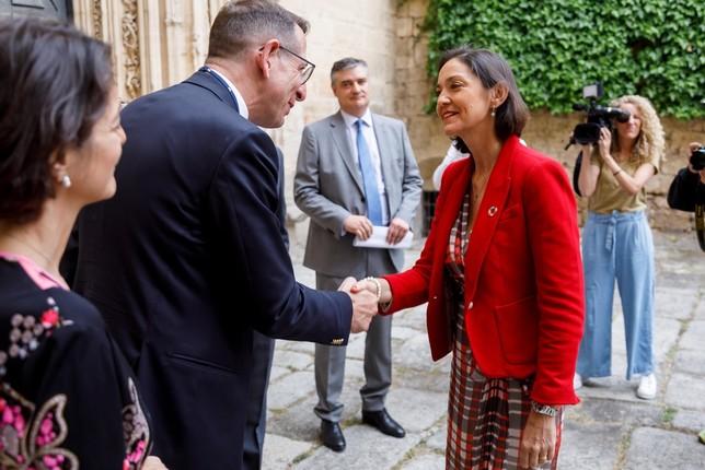 La ministra de Industria, Comercio y Turismo en funciones, Reyes Maroto saluda al presidente de Horasis, Frank-Jürgen Richter a su llegada a la conferencia Horasis India Meeting 2019 Ical