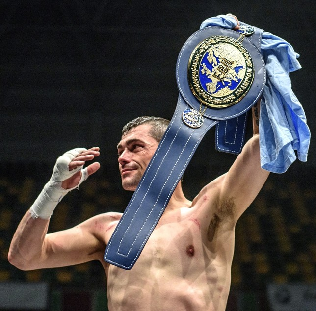 Gago se proclama nuevo campeón de Europa del peso pluma Javier Zorrilla