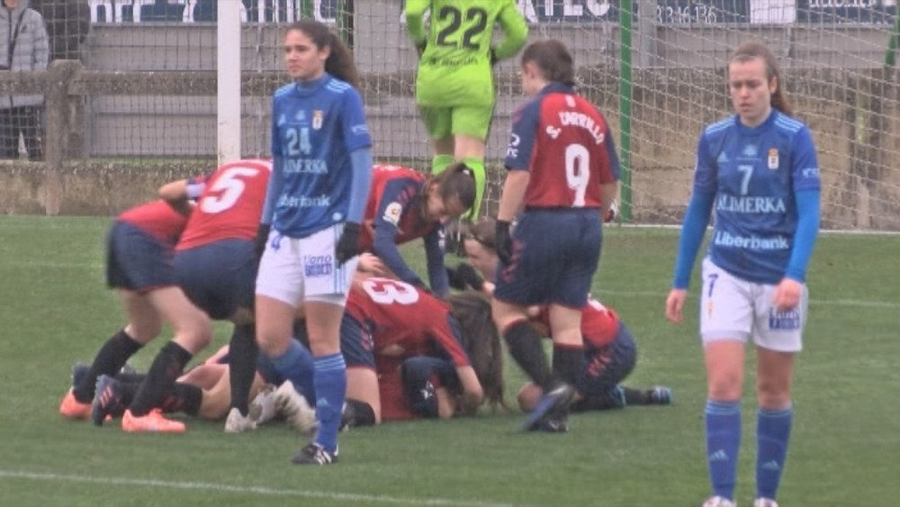 Las rojillas celebran el gol de Leyre Fernández que les dio la victoria frente al Oviedo Moderno